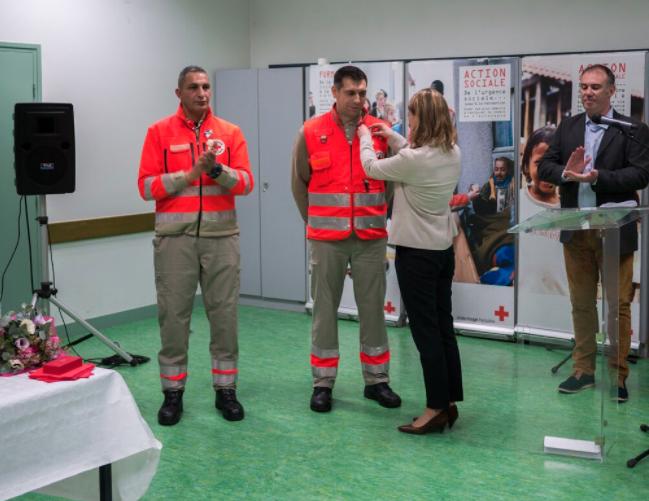 Croix-Rouge de Bagneux : je remets la médaille de la Sécurité intérieure à deux bénévoles